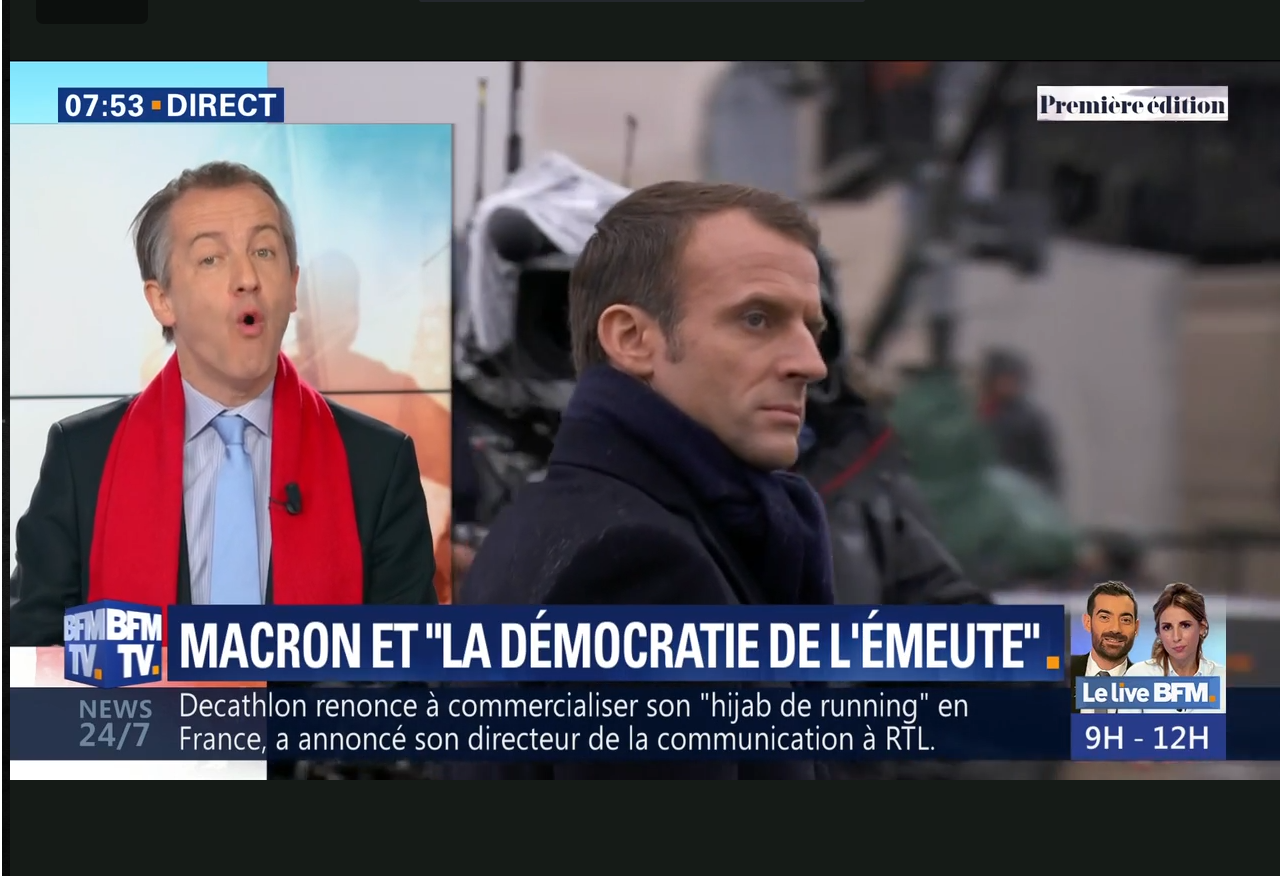 Capture d'écran de BFM TV montrant Christophe Barbier commentant une intervention d'Emmanuel Macro
