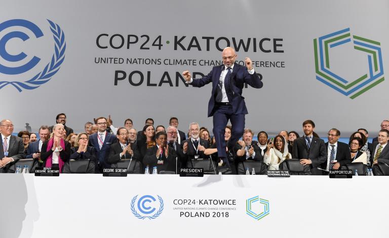Michal Kurtyka, president de la COP24, saute à l'issue de la session finale de la Conférence sur le changement climatique, à Katowice (Pologne), le 15 décembre 2018.